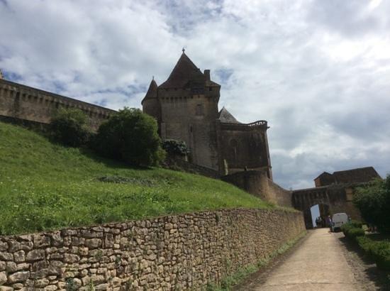 Château de Biron : chemin vers le chateau