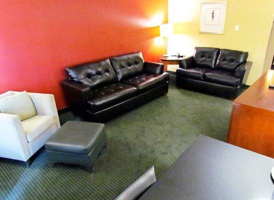 Baymont Inn & Suites Salem Roanoke Area: Suite living area