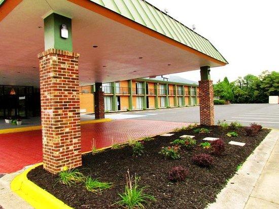 Baymont Inn & Suites Salem Roanoke Area: Entrance canopy