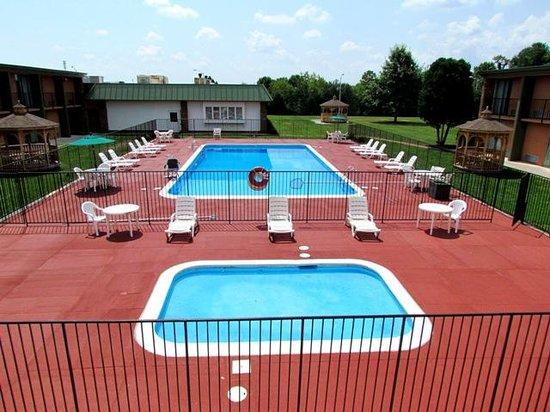 Baymont Inn & Suites Salem Roanoke Area: Adult and kiddie pool