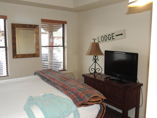 The Lodge On Route 66 : 1 des 2 chambres de la suite avec des sympathiques pancartes