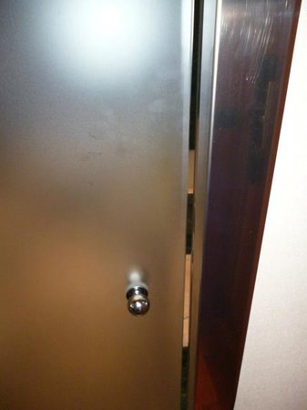 AC Hotel Ciudad de Pamplona: Bathroom Door doesn't give much privacy - you can see right in...