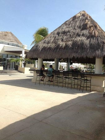 Moon Palace Cancun : Bar at Grand pool area, swim up bar on other side, with Carabenos buffet to the left, rooftop lo