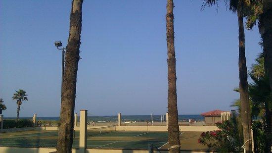 Isla Grand Beach Resort: beachside