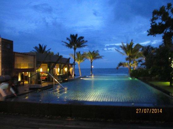 Chongfah Beach Resort: pOOLbLICK VOM eINGANG