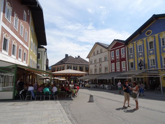 Basilica St.Michael: Shops and places to eat in Mondsee