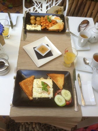 Yamas Restaurant: Grilled feta with honey and toast