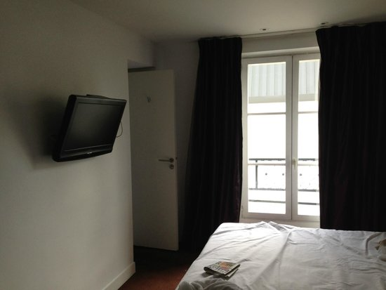Hotel Rocroy: View of window, TV, and bathroom entrance