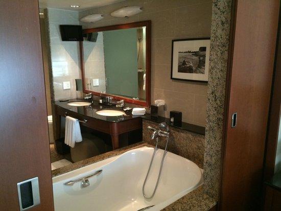 Park Hyatt Chicago: Bathroom view from bedroom