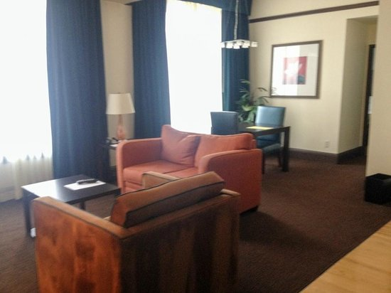 Magnolia Hotel Denver: living room area of king suite