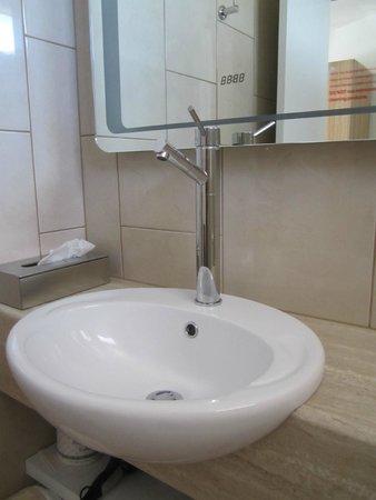 Seahorse Motel: Contemporary bathroom
