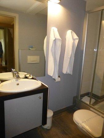 MAS Residence: The modern bathroom