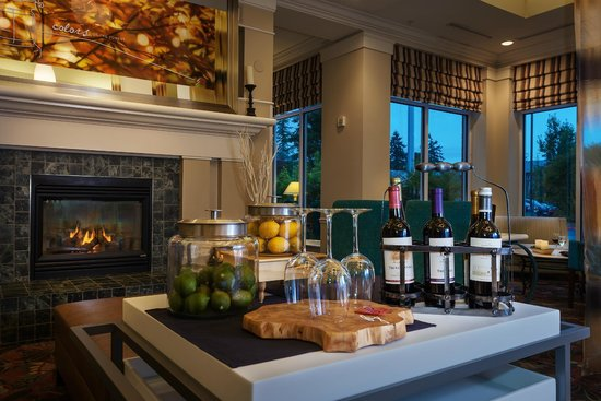 Hilton Garden Inn Corvallis: Gather with friends in our beautiful lobby