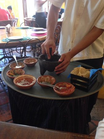 Cholula La Fonda : Camarero preparando la salsa