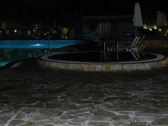 Bitzaro Grande Hotel: Pool by night