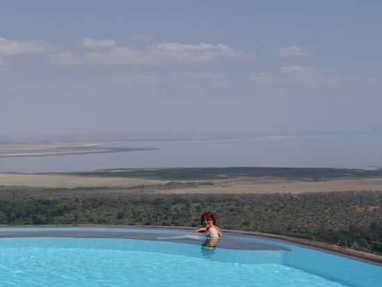 Lake Manyara Serena Lodge : Pool going to the edge and overlooking the lake