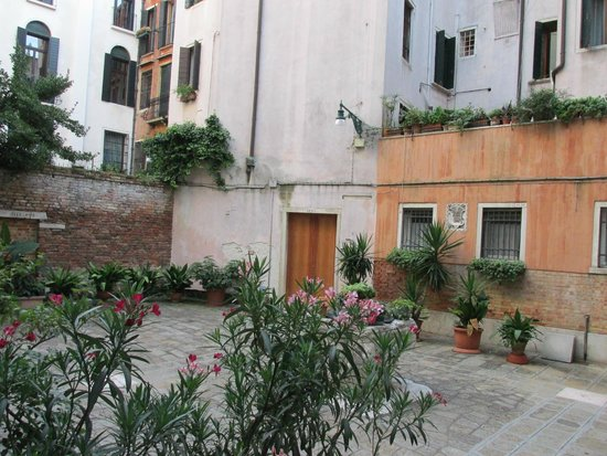 Arco Antico Guest House: Courtyard just outside the front door
