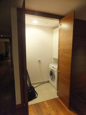 InterContinental Residences Saigon : washer dryer room