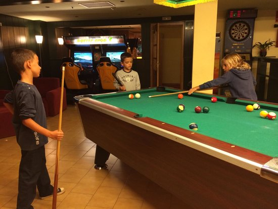 St Gothard Hotel : Kids playing pool in the lobby