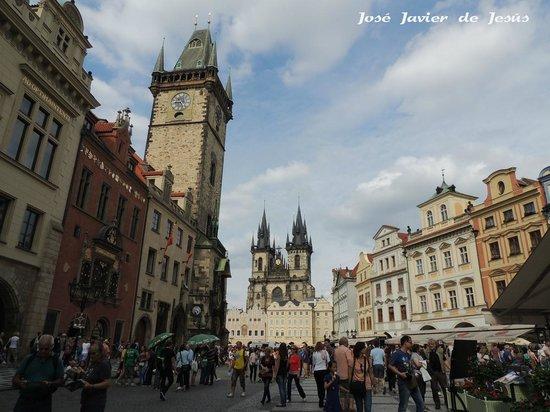 Old Town Square: Plaza vieja con la torre del viejo ayuntamiento y su reloj astronómico