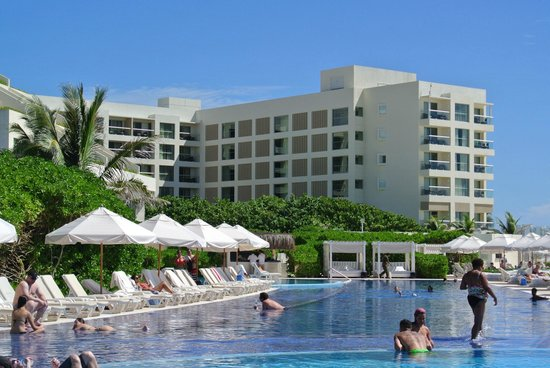 Live Aqua Beach Resort Cancun: Pool area