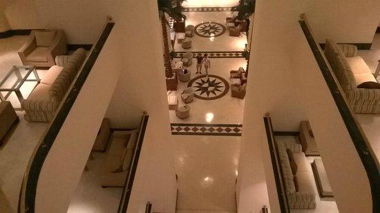 Fantasia Hotel De Luxe : Холл и ресепшин отеля. Вид с 3 этажа