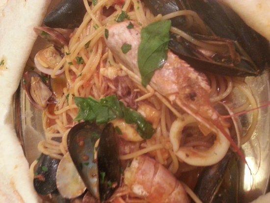 Ai Tre Archi: Seafood pasta in bread