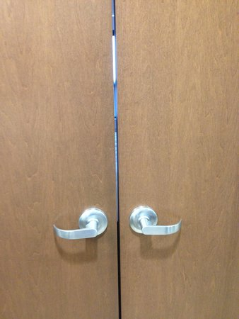 HYATT house Pittsburgh-South Side: A preview of the crack in the door; was this deliberate?