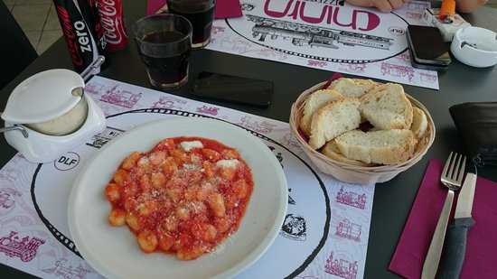 Pizzeria chiara: Food