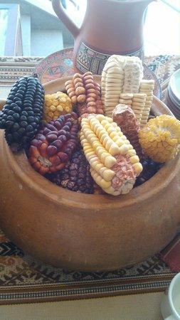 Sonesta Hotel Cusco : Milho exposto na recepção do hotel.