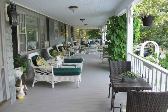 Inn at Bay Ledge : Back porch