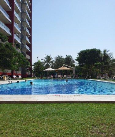 Park Rotana Abu Dhabi: la seconda piscina retrostante