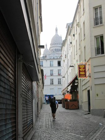Le Village Hostel: Walking up the street to the hostel