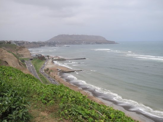 Malecón de Miraflores: View to the ocean from the boardwalk.