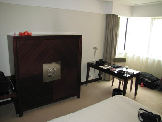 InterContinental Lisbon : Good work desk, flat screen TV and mini fridge