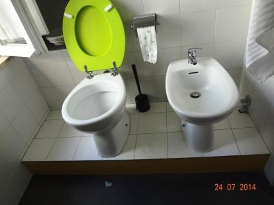 B&B Ventisei Scalini a Trastevere: Inodoro y bidet sobre un escalón