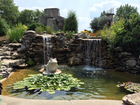 Oliver Winery: Waterfall / Pond.