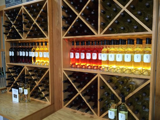Oliver Winery: Beautifully displayed wines in tasting area.