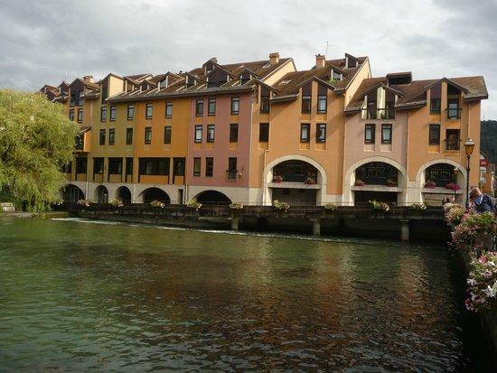 Fa ade de l 39 h tel foto di ibis annecy centre vieille for Hotel piscine annecy
