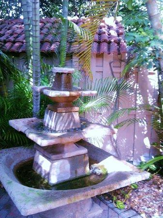 La Casa Hotel: Fountain and gardens