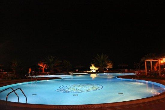 بلازا بيتش هوتل: la piscina dell'hotel in notturna