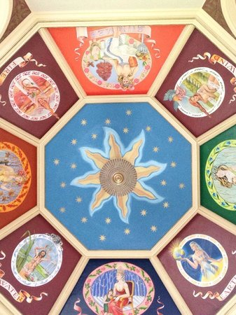 Kinnettles Castle: Magical ceiling in the tower sitting room