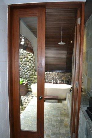 Alila Ubud: Door to outdoor bathroom