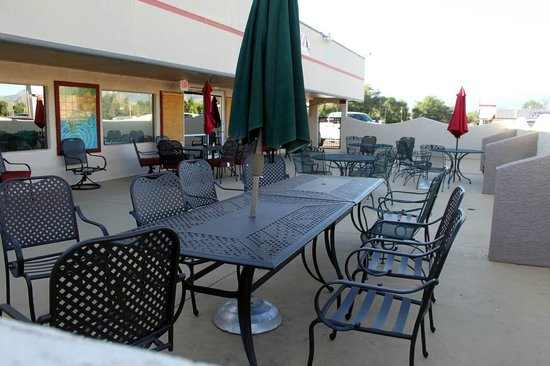 Americas Best Value Inn & Suites Canon City: Pation on the West side of the restaurant.