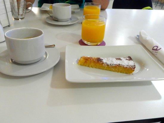 Ayre Hotel Caspe: Colazione con torta Santiago