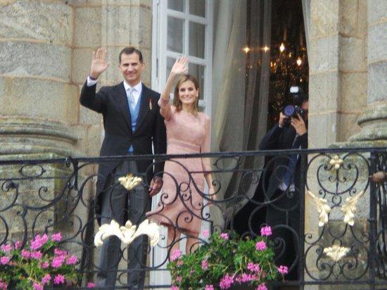 Plaza del Obradoiro: Le roi et la reine qui saluent la foule sur la place Obradoiro