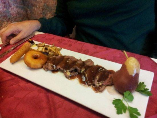 Ristorante & Pizza San Rocco: Cervo ai mirtilli rossi, con funghi, polenta e frittella di mele e pera al vino.