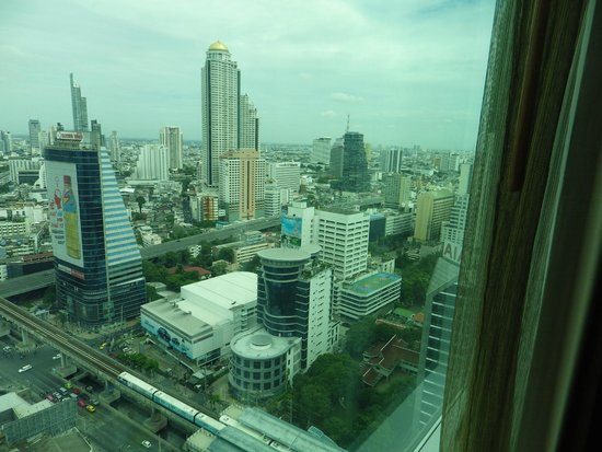 Eastin Grand Hotel Sathorn: What a view! Sky Bar has the golden dome roof.