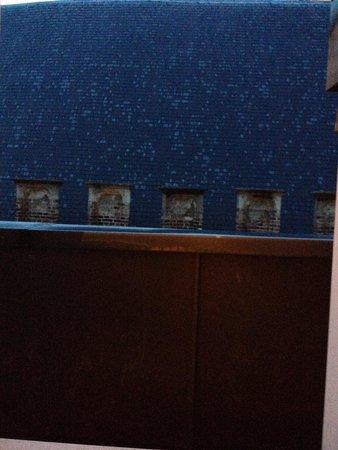 Martin's Brugge: Vistas desde la ventana 4ª planta (tapiado por pared)