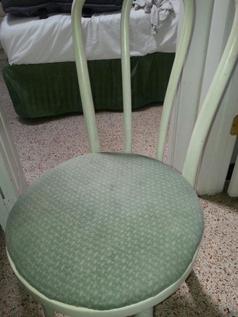 Tropical Winds Motel & Cottages: Dirty chair - Sedia sporca